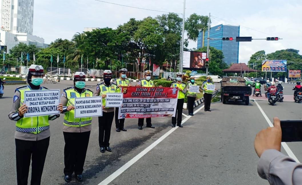 Polda Sumsel Bagi-bagi Masker dan Hand Sanitizer Gratis di Palembang