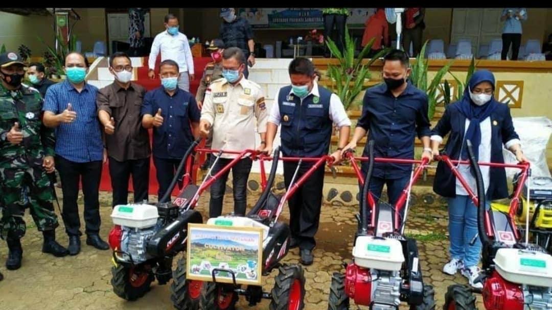 Gubernur Sumsel Bagikan Ratusan Alsintan